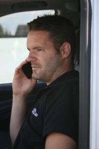 Låsesmeden Nordsjælland taler i telefon